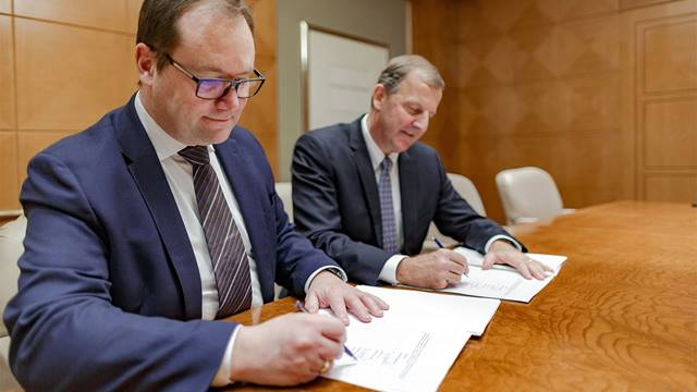 Signing. Jens-Peter Saul, Group CEO, Ramboll and Jim Fox, CEO, OBG