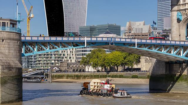 The head is transported by barge down the River Thames © Daniel Shearing/Stora Enso/Ramboll