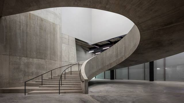 Daniel Shearing. With their distinct curved geometry, wide sweeping stairs interface with both the perimeter structure and internal core.